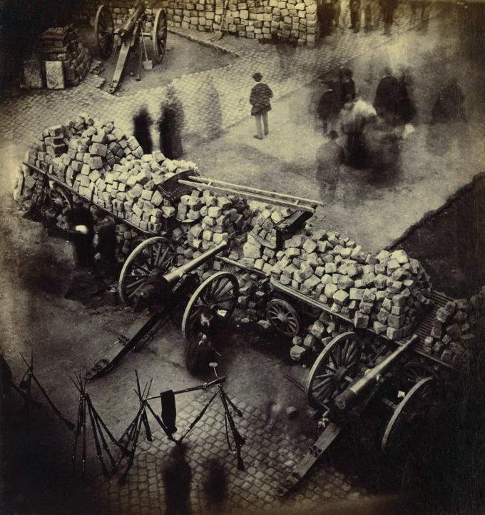 Barricade  de Paris, 1871.  Photographie Pierre-Ambrose Richebourg