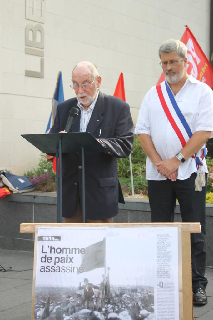 P.Largesse et Y.Scornet adjt au Maire de Caudebec les Elbeuf lors de la prise de parole (photo J.D.)