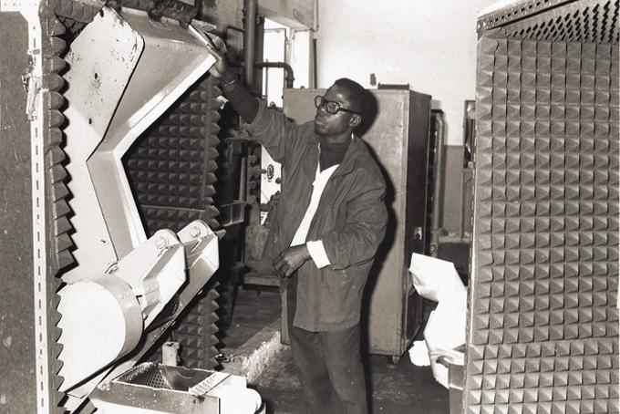 Réduction du bruit par encoffrement, en 1977, sur une machine à fabriquer des joints chez VAN LEER à Grand-Quevilly. © INRS Champailler