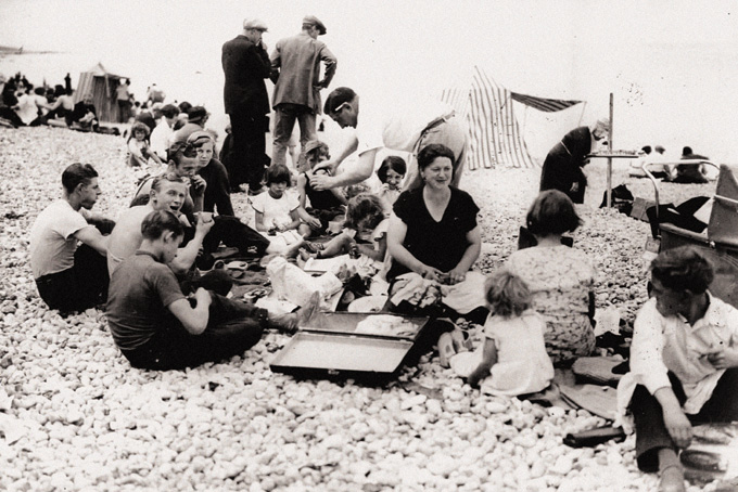 Sur la plage de Dieppe. © Photothèque IHS CGT